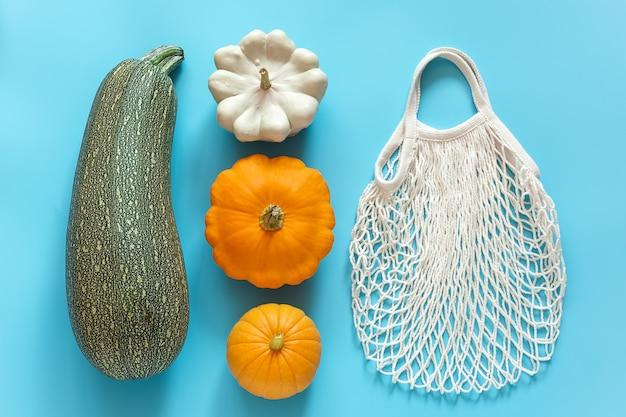 Zucche di verdure fresche raccolte zucca, zucchine, zucca e borsa riutilizzabile in rete ecologica per lo shopping