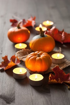 Zucche e candele decorative di halloween