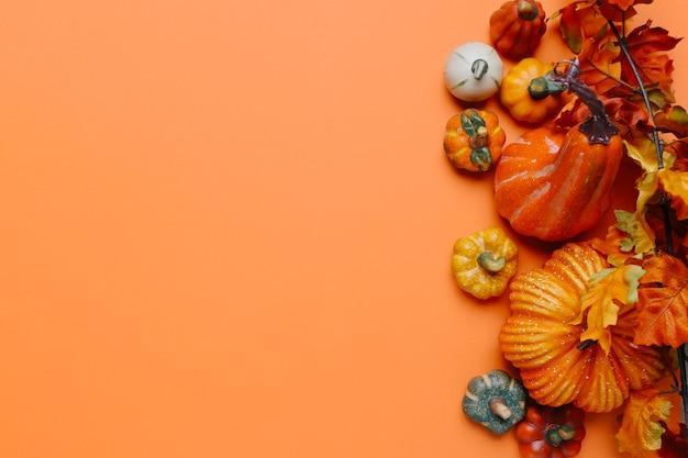 Zucche e foglie di autunno con copia spazio a sinistra
