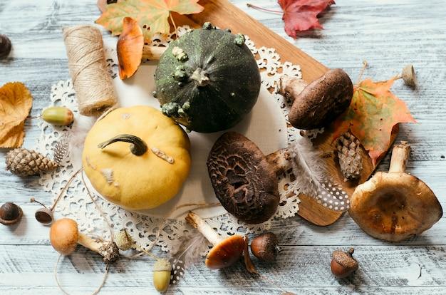 Zucche e funghi vicino al tovagliolo e al bordo