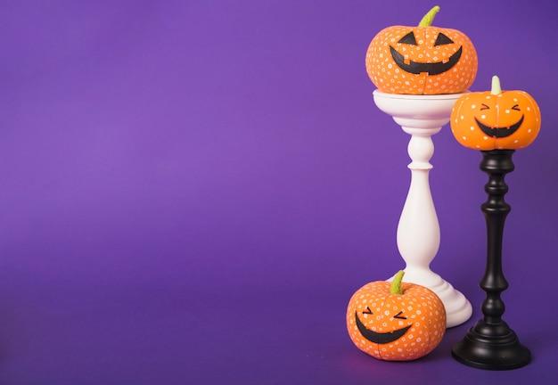 Zucche felici di halloween su supporti in gesso