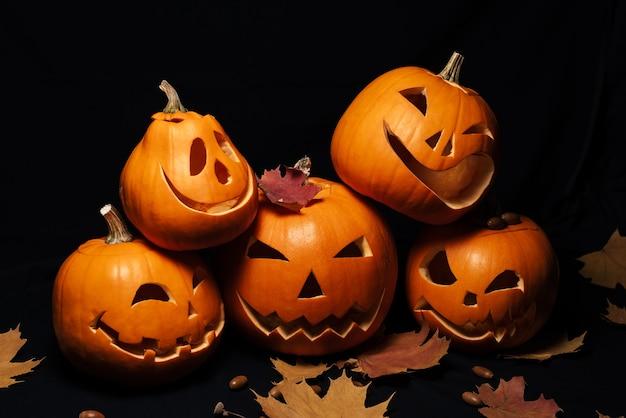 Zucche lanterna jack per decorazione di halloween e foglie di acero con ghiande