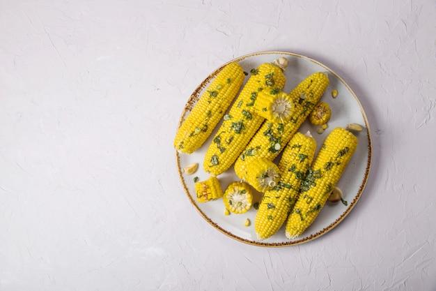 Zucche mature crude del cereale su un fondo giallo