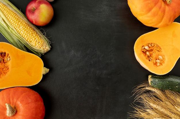 Zucche su sfondo nero con spazio di copia