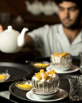 Zucchero bianco e giallo in un vaso