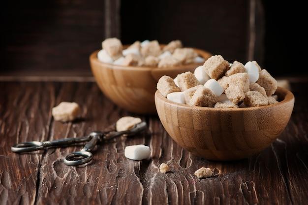 Zucchero bianco e marrone sulla tavola d'annata