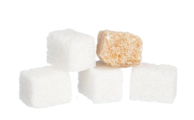 Zucchero bianco raffinato e zollette di zucchero non raffinato marroni