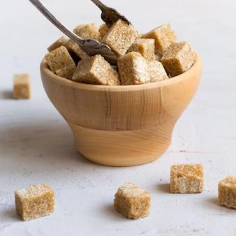 Zucchero bruno in una ciotola di legno