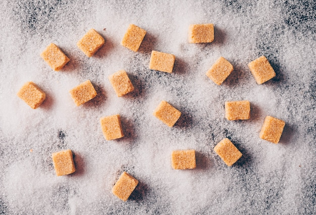 Zucchero bruno su una polvere di zucchero. vista dall'alto.
