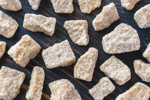 Zucchero bruno sui precedenti di legno
