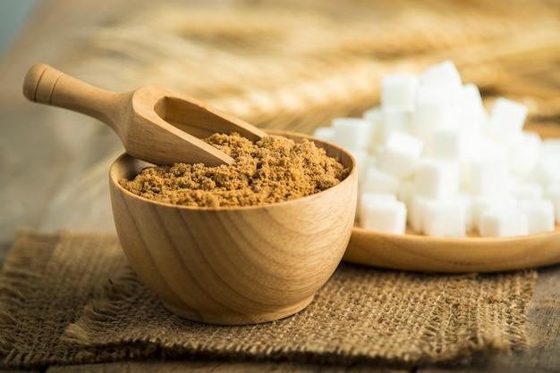 Zucchero del cocco contro sfuocato