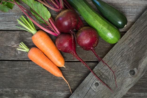 Zucchine, barbabietola e carota organiche fresche sulla tavola di legno