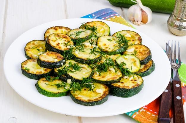 Zucchine grigliate con aglio ed erbe. foto