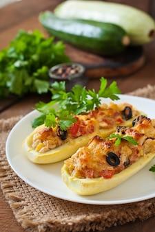 Zucchine ripiene con pollo, pomodori e olive con crosta di formaggio
