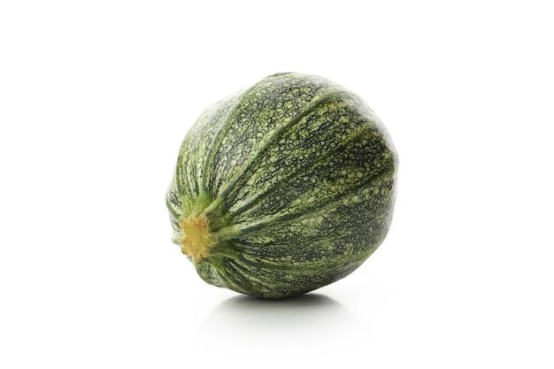 Zucchine verdi fresche isolate su priorità bassa bianca