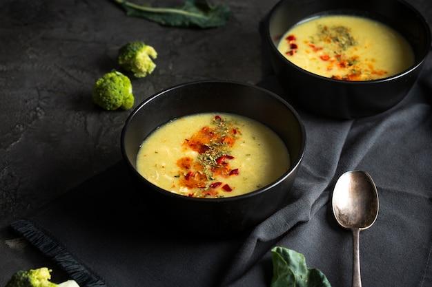 Zuppa ad alto angolo con condimenti