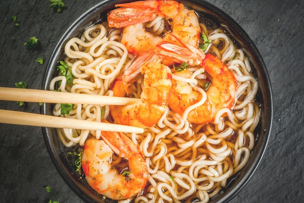 Zuppa asiatica con tagliatelle e gamberetti