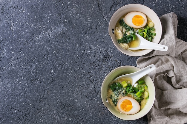 Zuppa asiatica con uova, cipolla e spinaci