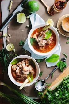 Zuppa calda e piccante con costolette di maiale