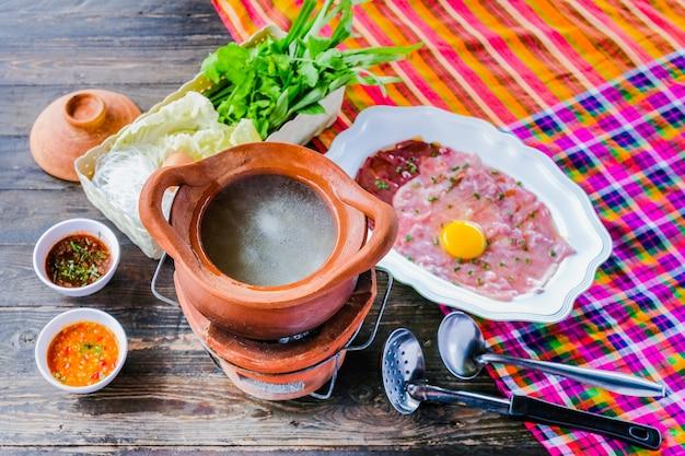 Zuppa con maiale in pentola hot pot stile tailandese