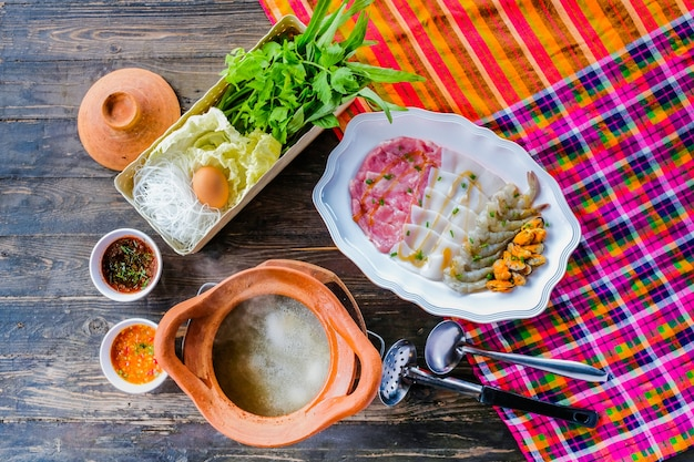 Zuppa con piatto di maiale gamberetti calamari crostacei frutti di mare hot pot stile tailandese