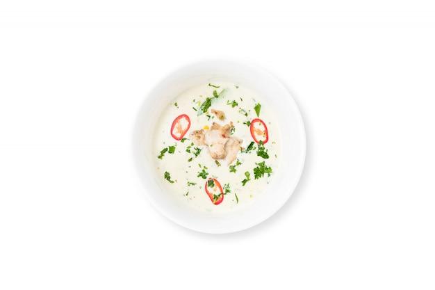 Zuppa cremosa con pollo e verdure, aglio, cipolla, isolato su sfondo bianco.