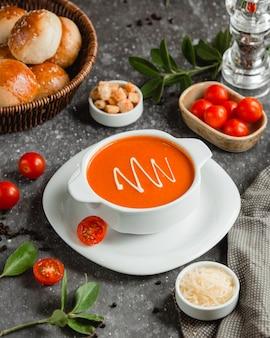 Zuppa cremosa di pomodoro e parmigiano grattugiato