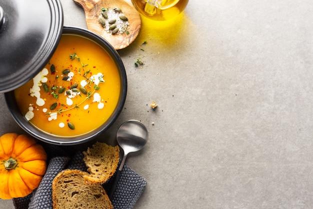 Zuppa cremosa di zucca servita in ciotola