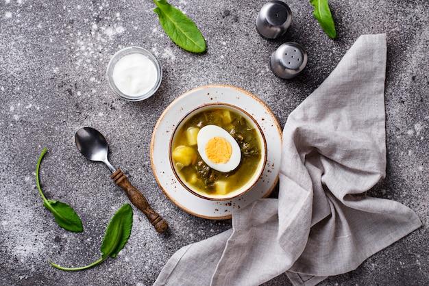 Zuppa di acetosa o borscht verde con uova