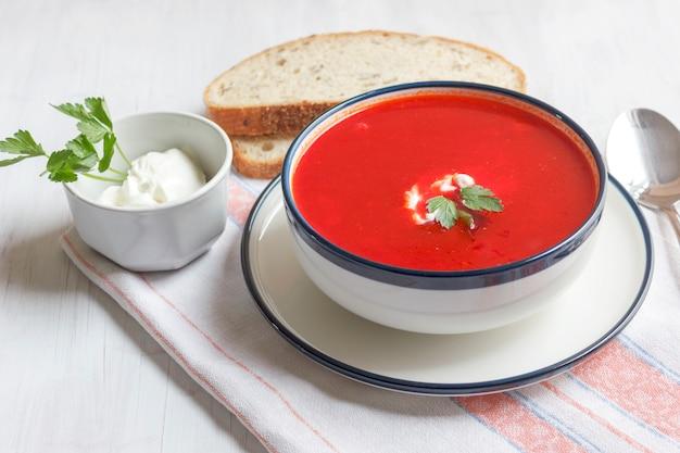 Zuppa di barbabietola rossa tradizionale - borsch. dieta vegetariana