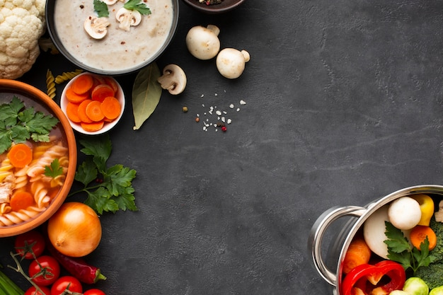 Zuppa di bisque di verdure musque piatto con fusilli e verdure in padella con spazio copia spazio spaziale