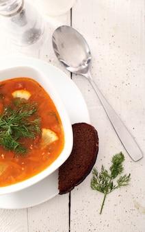 Zuppa di borsch e pane di segale