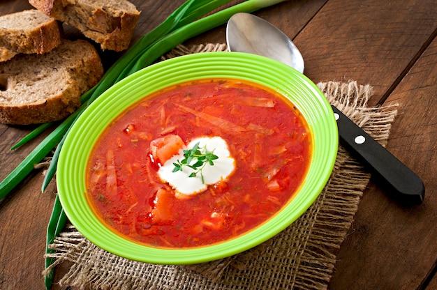 Zuppa di borscht di verdure rossa