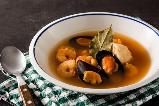 Zuppa di bouillabaisse francese nel piatto bianco
