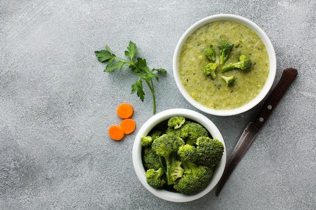 Zuppa di broccoli e carote vista dall'alto con spazio di copia