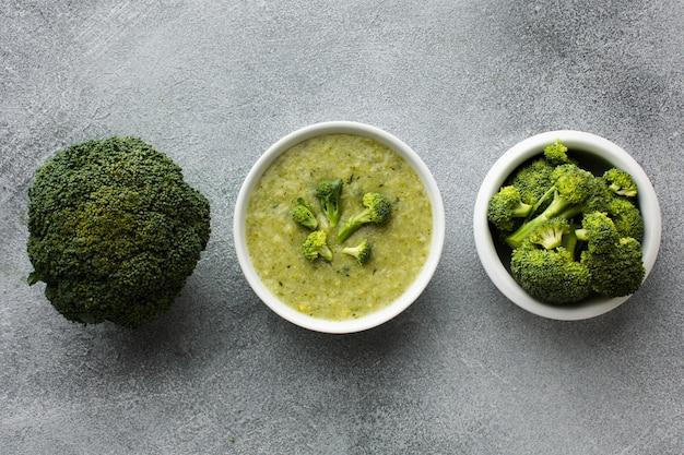 Zuppa di broccoli piatta con cespugli di broccoli