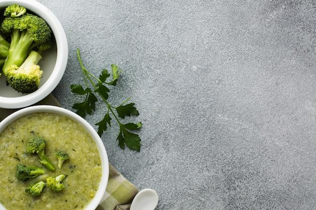Zuppa di broccoli piatto laici in una ciotola con spazio di copia