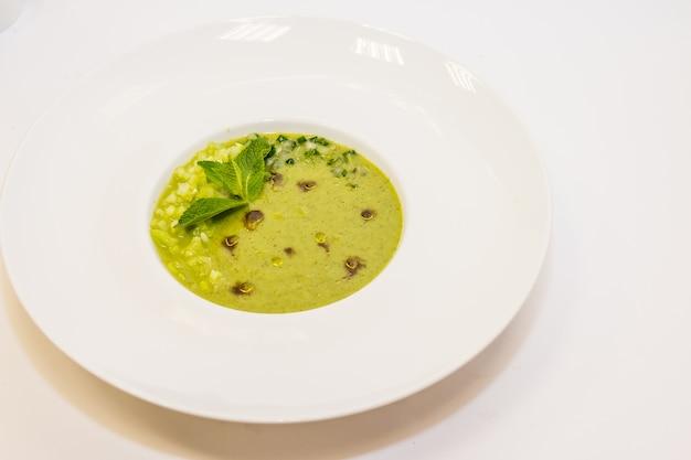 Zuppa di broccoli. zuppa di crema con semi di zucca.