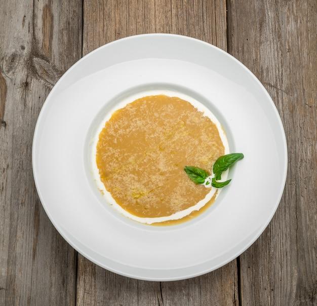 Zuppa di carote al curry con panna ed erbe fresche