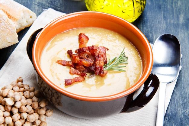 Zuppa di ceci sulla ciotola