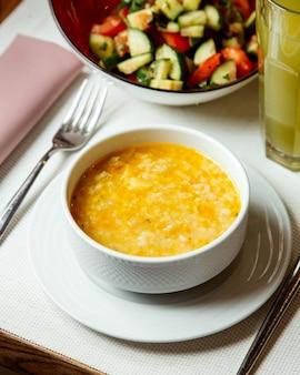 Zuppa di cipolle con insalata di verdure
