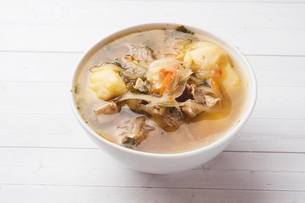 Zuppa di crauti, brodo di carne nel piatto.