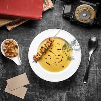 Zuppa di crema al curry con latte di cocco e cozze