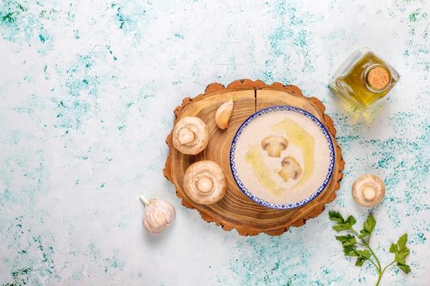 Zuppa di crema di funghi fatta in casa deliziosa, vista dall'alto