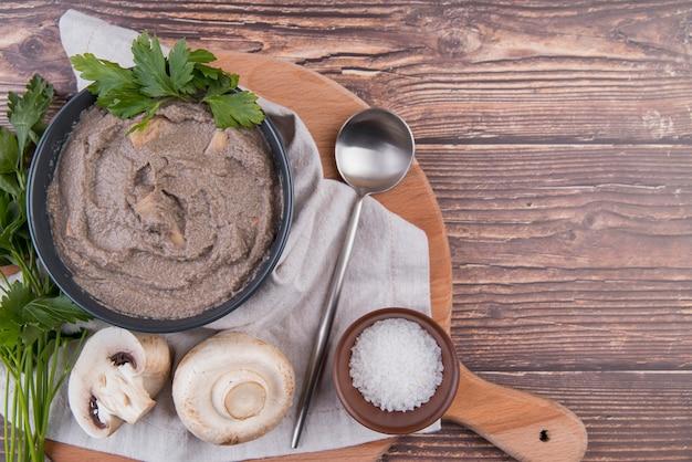 Zuppa di crema di funghi su tavola di legno