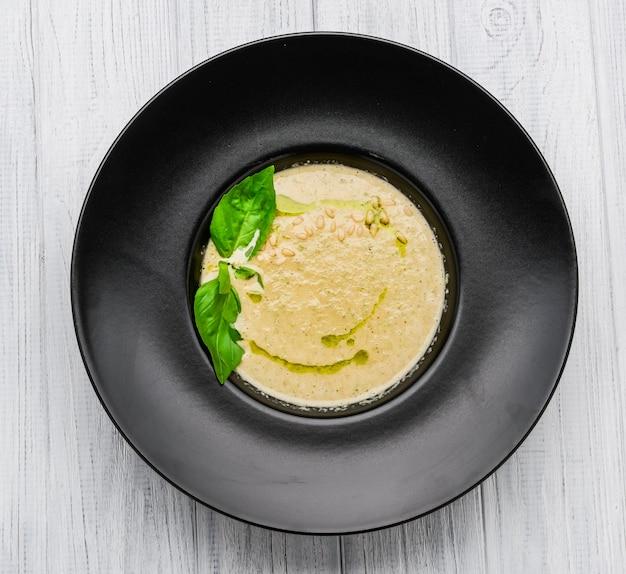 Zuppa di crema di funghi sul bordo di legno bianco