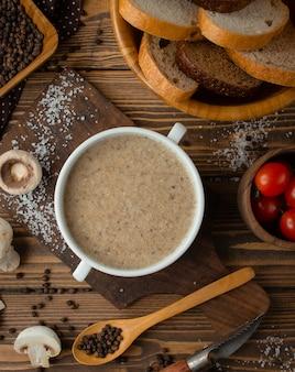 Zuppa di crema di funghi sul tavolo
