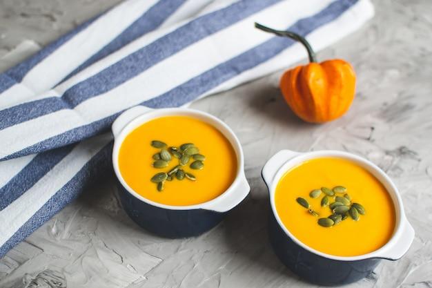 Zuppa di crema di zucca con semi autumn autumn vegetarian food grey background