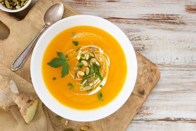 Zuppa di crema vista dall'alto con semi e prezzemolo