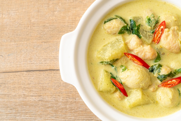 Zuppa di curry verde con carne di maiale tritata e polpetta in ciotola, stile asiatico dell'alimento